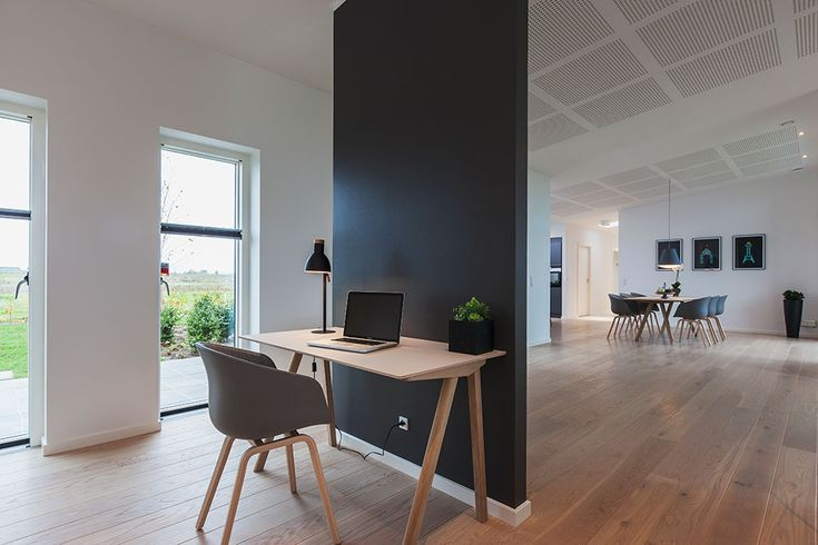 Smart måde at skabe et kontor der er integreret i stuen #huscompagniet #inspiration #indretning #husbyggeri #nybyg #husejer #nythus #arkitektur #typehus