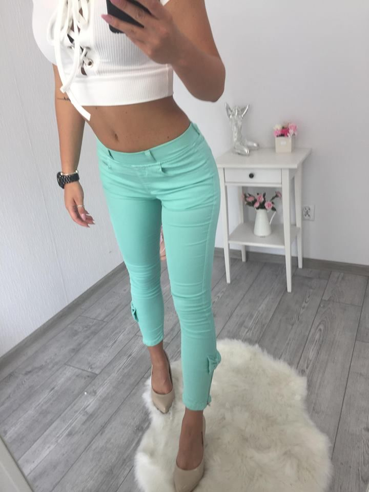 3cde04154 Dámske elastické džínsy v mentolovej farbe. Na nohách majú mašličku a zips.  veľkosť S