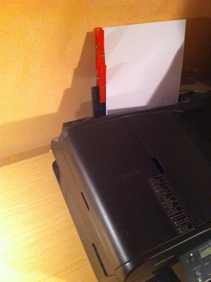 """Due semplici mollette sono diventate indispensabili per poter far stampare questa multifunzione """"dritta"""" (i rulli sono sgombri)"""