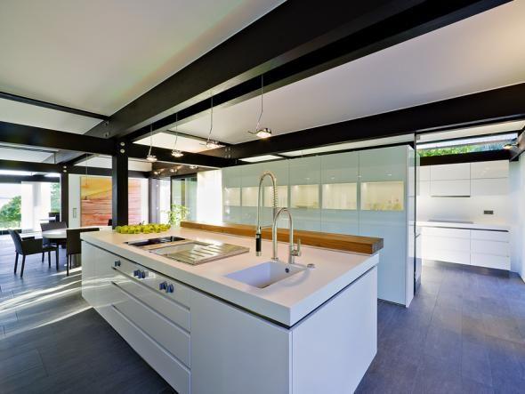 Moderne Fertighäuser punkten mit individueller, guter Architektur - aber auch der geringe Energieverbrauch ist heute für Bauherren entscheidend.