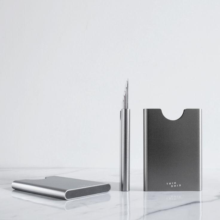 . Deze pasjeshouder is de wallet van de toekomst en is zowel voor heren als dames. De unieke grip methode kan 1 tot 6 kaarten zoals uw ID kaart, OV chipkaart en uw pinpas houden. De pasjeshouder is compact en lichtgewicht, de Thin King neem je gemakkelijk mee. De Thin King is gemaakt van sterk en duurzaam aluminium, uw pasjes blijven goed beschermd. Ook heeft de Thin King RFID protectie, door de RFID protectie kunnen uw pasjes (bijvoorbeeld de OV-chipkaart en pinpas) niet uitgelezen worden.
