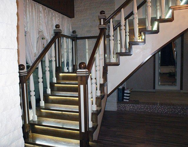 scara interioara din lemn masiv trepte iluminate cu balustrii masivi, drepti si cu decoratiuni