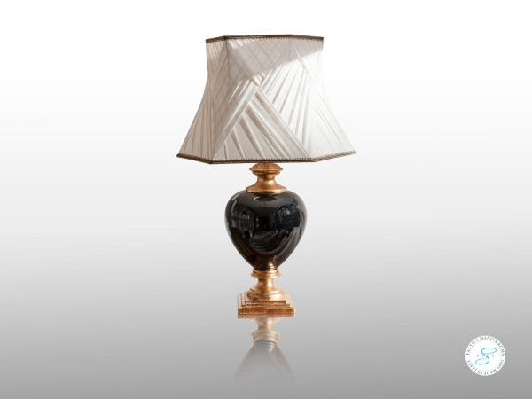 Basta un dettaglio per uscire dal concetto di #paralume e trasformare una #lampada in un centro di attenzione.