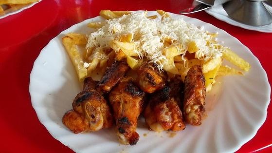 Aripioare de pui şi sosul de mujdei cu smântână şi cartofi prăjiţi