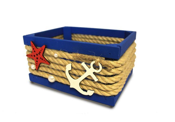 Ящик в морском стиле имеет размер в высоту 10,5 см, в длину 19,5 см. Выполнен из фанеры, бруса и МДФ. Детали склеены прочным клеем и сколочены маленькими гвоздиками. Деревянный каркас окрашен синей краской на водной основе. Ящик декорирован джутовым шпагатом, оформлен полубусинами и деревянными элементами (морская звезда, якорь). Ящик можно использовать как упаковку для подарка, а можно, и, как предмет интерьера. Который прекрасно впишется в комнату, выполненную в морском стиле. #Канышевы…