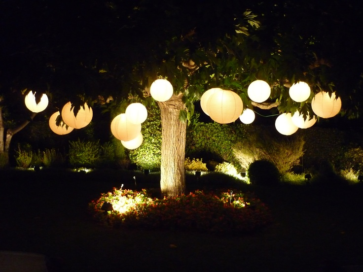 guirnalda de luces con esferas de papel