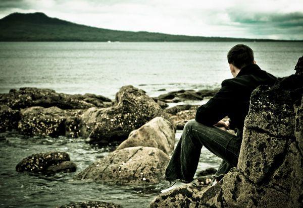 Hombre pensando en la playa