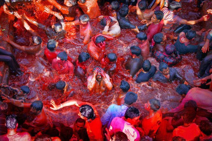 Ινδoυιστές σε πισίνα με κόκκινο χρώμα κατά τη διάρκεια του Holi στην Ινδία.  ©Pascal Mannaerts