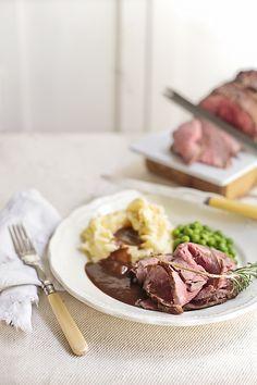 Roast Beef w/ gravy - Ya estamos de vuelta después de unas cortas vacaciones y empezamos con un típico plato inglés que estoy seguro que todos habéis probado en algún momento, o habréis hecho en casa. Si no es este el caso, hoy os vamos a enseñar acómo preparar un roast beef con salsa gravy.