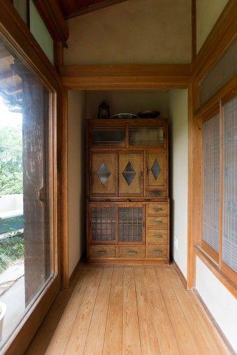 以前の住まいでも使っていた、日本の古い棚。縁側で遊ぶみちるちゃんのおもちゃ入れとして活用。