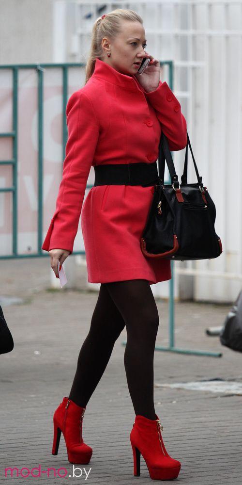 Фотофакт: блондинка в красном, блондинка в чёрном (наряды и образы на фото: красные ботильоны, чёрная сумка, коралловое пальто, коричневые колготки, чёрный пояс)