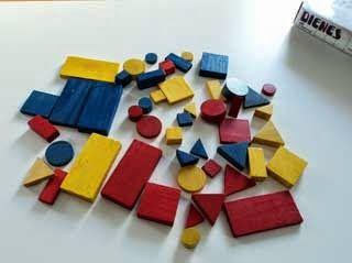 A través de los bloques lógicos le podemos enseñar las diferentes figuras geométricas y el tamaño o espacio que ocupan.