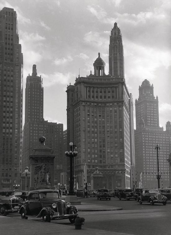 Muzeo | Chicago (Illinois, Etats-Unis). Le pont de la Michigan River, à l'extémité de la Michigan Avenue, vers 1930. de Laure Albin-Guillot.  © Laure Albin Guillot / Roger-Viollet
