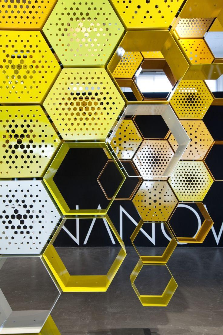 hexagono dorado circulos perforacioes modulos local Fuorisalone 2010 | Officinanove