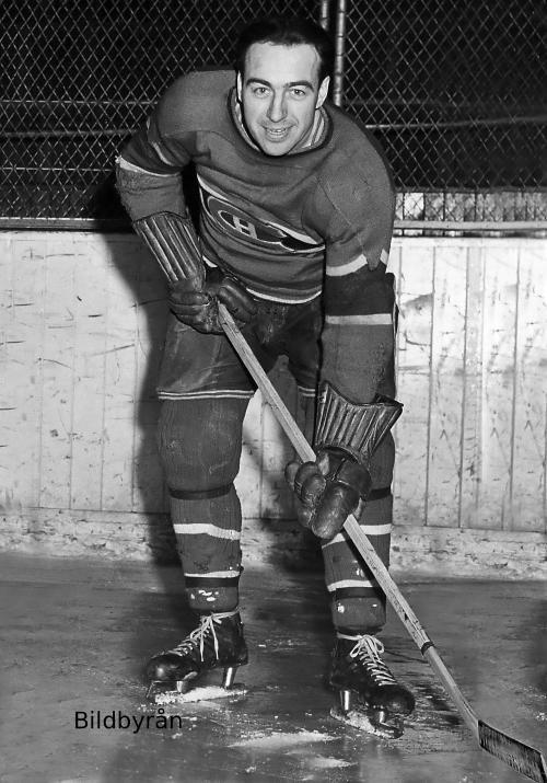 Hector « Toe » Blake (C) : Toe Blake a atteint son plein potentiel en 1938-1939. Il a dominé la LNH avec 47 points et a mérité le trophée Hart remis au joueur le plus utile. Fougueux et dévoué, Blake se voulait un élément primordial au sein des équipes des Canadiens lors de la deuxième moitié des années 1930 et de la première portion des années 1940. Lorsque Dick Irvin a été nommé entraîneur-chef, Blake a été désigné capitaine, un rôle qu'il a conservé jusqu'à sa retraite.