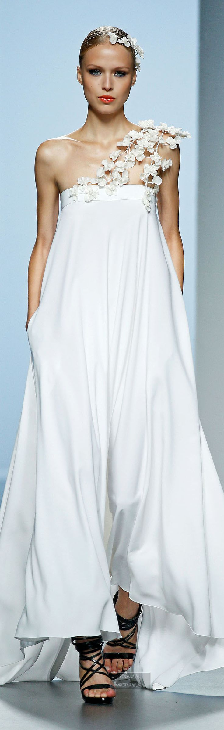 Juana Martin Spring-summer 2015. simplicity and elegant with feminine details #resortwear #fluidity