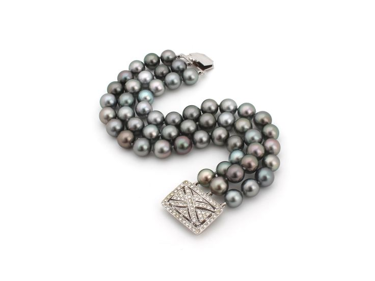 TAHITIAN PEARL BRACELET | Wear this exceptional piece to bring a bold yet feminine touch to a suit or alternatively accessorise an elegant black tie or cocktail gown.