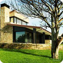 Un chalet que rompe con la imagen clásica de la vivienda de piedra y se proyecta hacia la arquitectura vanguardista.