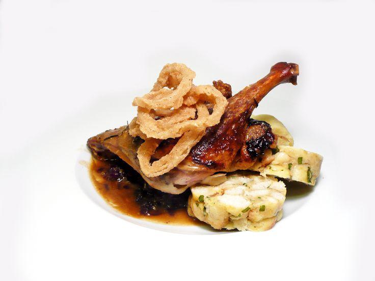 Pečené kachní stehno s červeným a bílým zelím s variací domácích knedlíků. (houskový, bramborový, karlovarský) #ukastanubranik http://www.ukastanu.cz/branik