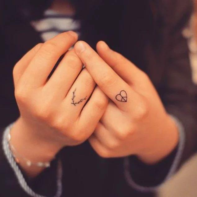 Küçüklüğüyle Parmağınıza, Güzelliğiyle Kalbinize Taht Kuracak 29 Enfes Parmak Dövmesi