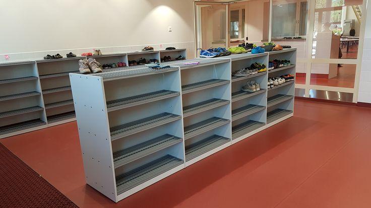 Koululaisten kenkien tehokkaasta säilytyksestä vastaavat Jamiton kenkätelineet. Jamito shoe racks are responsible for effective shoe storaging in schools. www.jamito.fi #kenkäteline #skoställ #shoe #shelf #rack #kenkähylly #koulukaluste #päiväkotikaluste