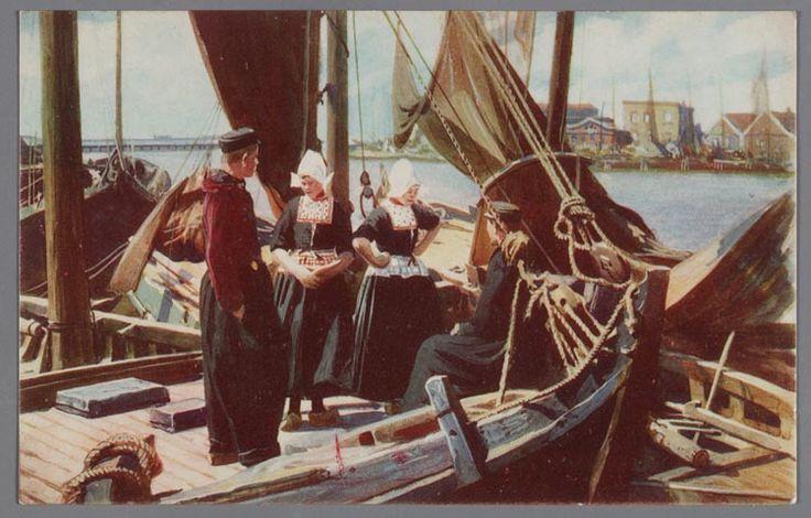Twee vrouwen en twee mannen poseren in dracht op een botter in de haven van Volendam. 1920-1930 #NoordHolland #Volendam
