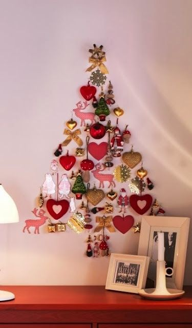 - Amymegustas. Arbol de navidad, en la pared, con adornitos de otros años....