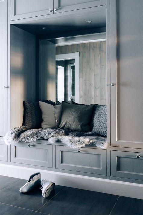 Garderoben er i samme stil som resten av hytta og har en innebygd benk.