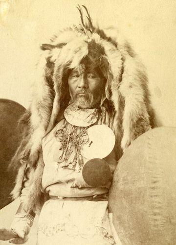 Nanaj Schamane, frühes 20. Jh. Foto: Russisches Ethnografisches Museum St. Petersburg