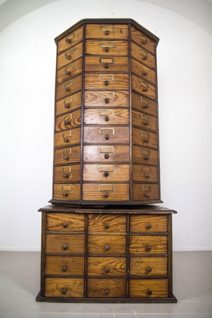 American Bolt&Screw Case Box Mobile Antique octangular revolving multi drawer hardware cabinet.  Questi mobili erano utilizzati nei negozi di ferramenta per ordinare bulloni e viti, è in eccellenti condizioni.  cm 24 drawers on base,  cm 80 on top.
