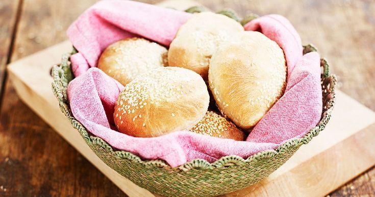 Vill du ha en extra lyxig hamburgermiddag bakar du förstås egna bröd.