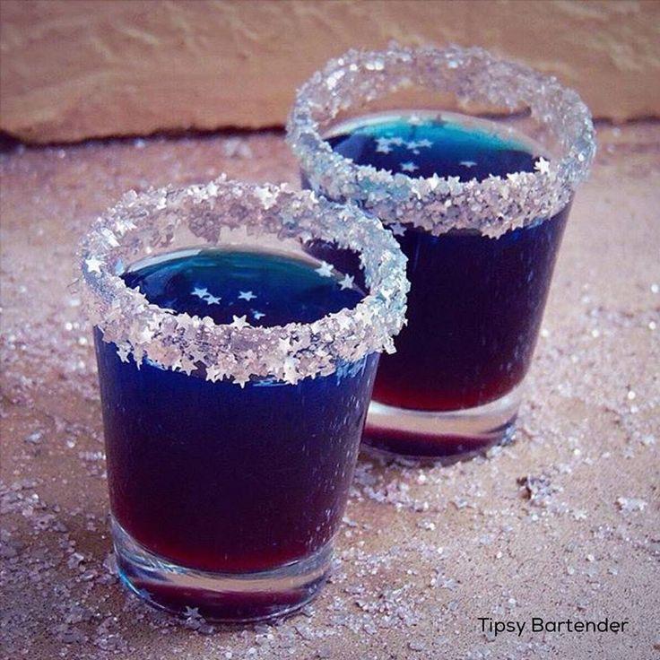 STAR DUST SHOTS 1 oz (30ml) Peach Schnapps 1 oz (30ml) Blue Curaçao 1 oz (30ml) Grenadine 1 oz (30ml) Pineapple Juice 1 oz (30ml) Sweet N Sour 1 oz (30ml) Citrus Vodka Shake with ice and strain Rim with @littlewaisted Bavarian Cream Sugar Glitter