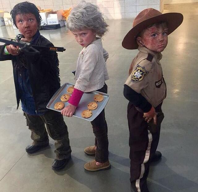 Characters: Daryl Dixon, Carol Peletier and Rick Grimes. Fandom: The Walking Dead Cosplayers: IDK but this is the cutest thing EVER!