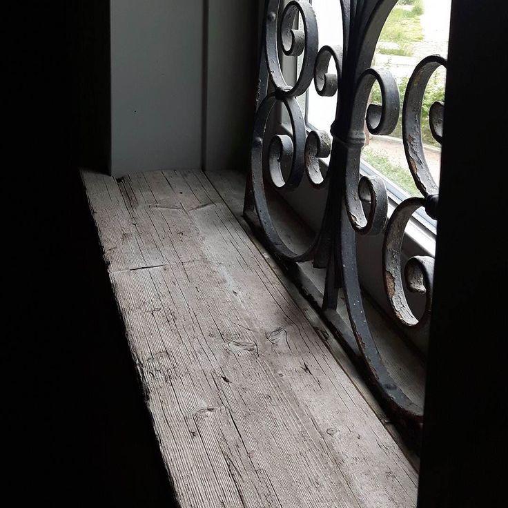 Ik heb in m'n hal over de bestaande (gemarmerde) vensterbank hetzelfde oude doorleefde hout laten leggen als in m'n keuken. Zo blij mee! Alleen het raamwerk staat erop. Verder niets. Rust!!! #oldwood#hall#myhome#mystyle by alie_vos_