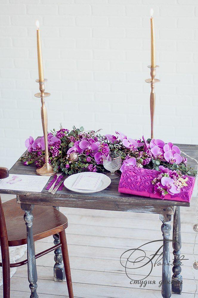 декор стола композицией из орхидей и свечами