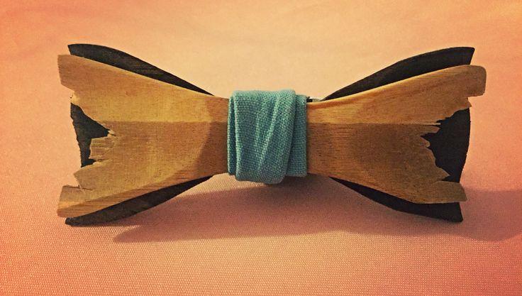 Papion din lemn de bambus si tei disponibil pe www.climentart.ro.         Papioanele din lemn Climent Art sunt concepute pentru ati oferi confort si valorifica personalitatea.   Vara aceasta abordează o imagine proaspăta cu ajutorul accesoriilor din lemn #handmade Climent Art ce sunt usor de asortat, tranformand orice tinuta intr-o aparitie spectaculoasa.       Online pe www.climentart.ro    0745335885     Un papion, o poveste