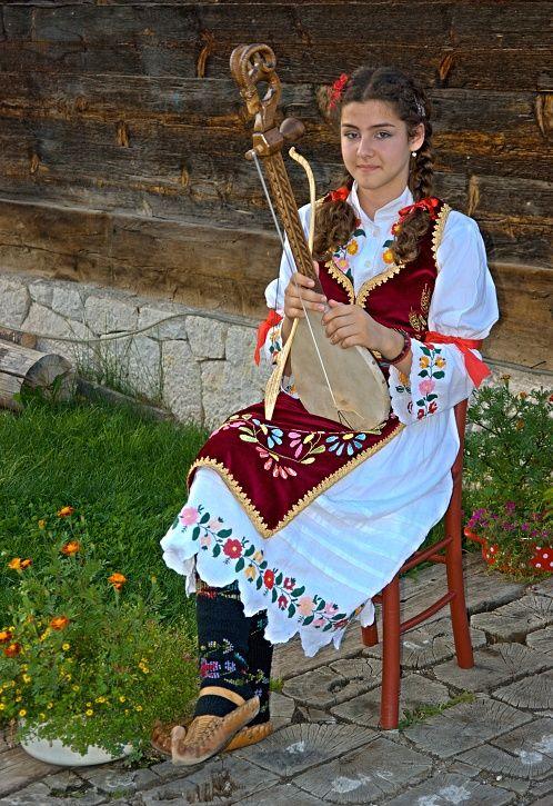 photo: Serbian girl in folk costume - Сербская девушка в народном костюме | photographer: Hunter Romario | WWW.PHOTODOM.COM