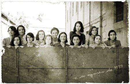 """Las """"13 rosas"""". Nombre de un colectivo de mujeres pertenecientes al JSU (Juventudes Socialistas Unificadas), fusiladas en Madrid al terminar la guerra civil (agosto de 1939) por el régimen franquistas. Tenían entre 18 y 29 años, siendo nueve de ellas menores de edad (por aquel entonces establecida en 23 años)."""
