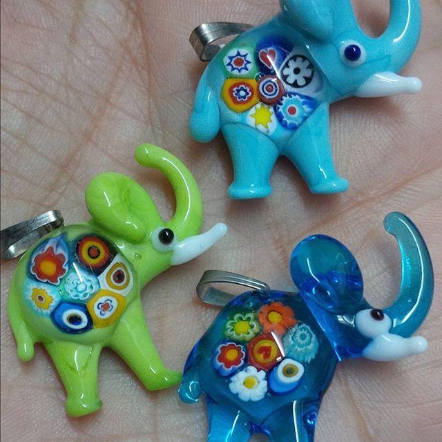 Elefantes de vidrio con detalle de murrina. Producto turco hechos a mano #bisuteria #murrina #artemurano #elefantes #luraleonplus