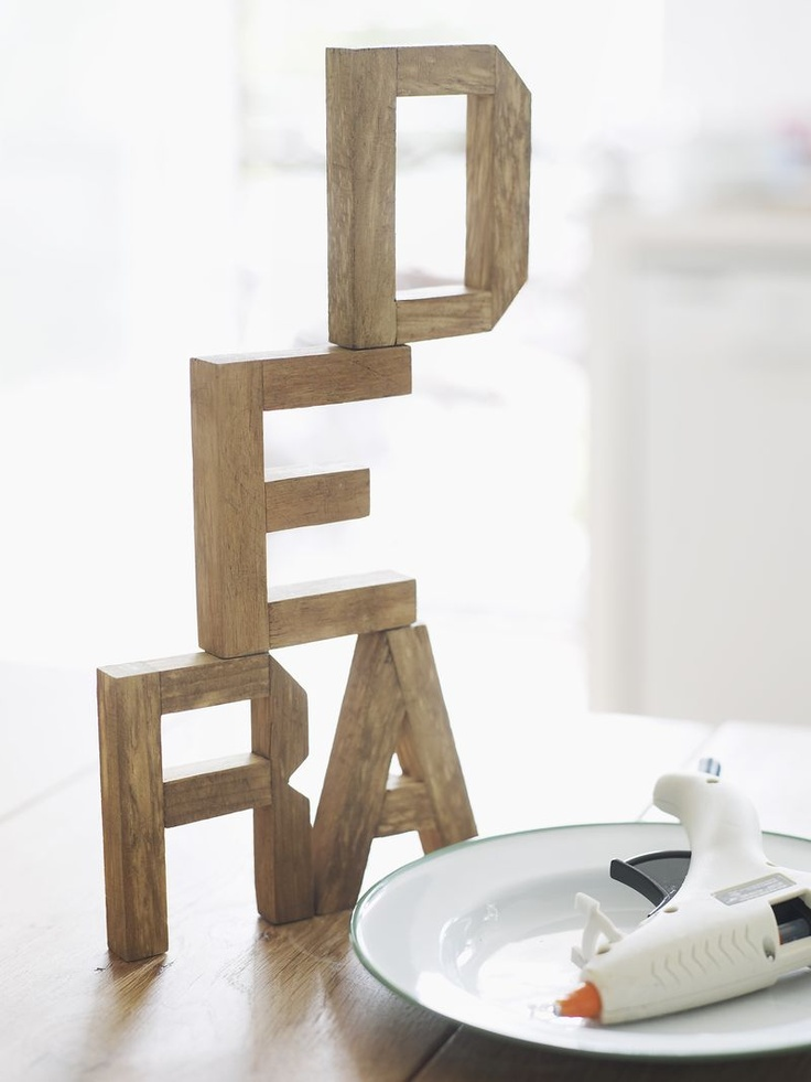 ber ideen zu dekorative holzbuchstaben auf. Black Bedroom Furniture Sets. Home Design Ideas