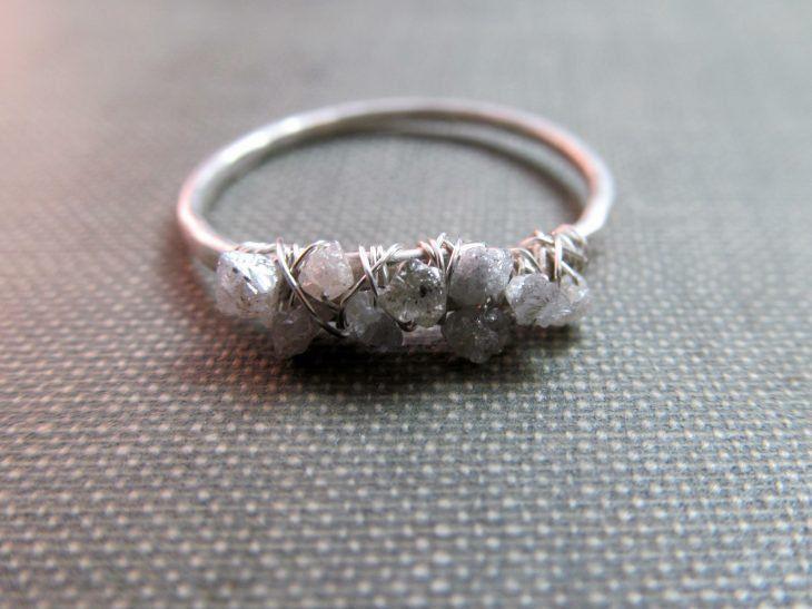 anillo con diamantes en bruto