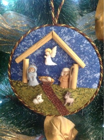 Natividad con botones y CD's reciclados.
