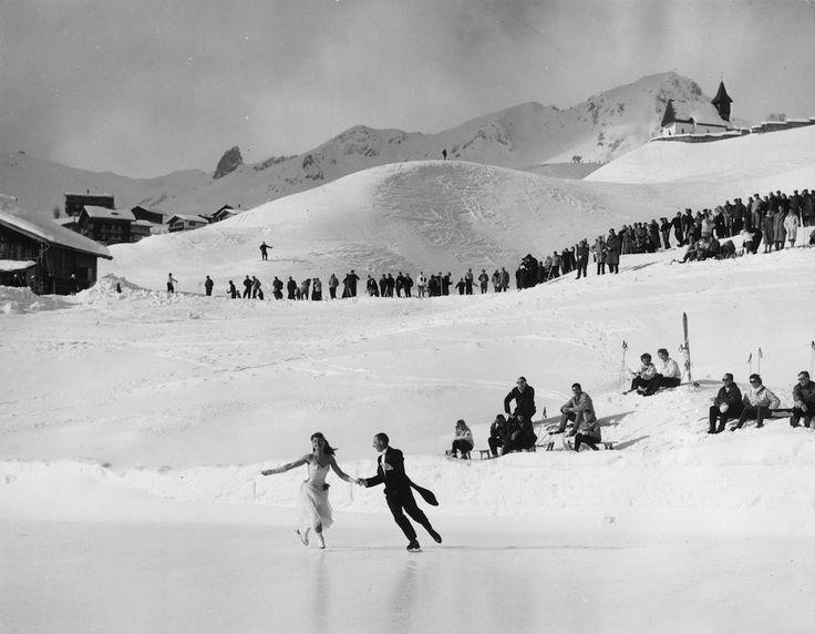 Il campione di pattinaggio inglese Michael Carrington e l'austriaca Sissy Scharz – che vinse l'oro olimpico per il pattinaggio artistico nel 1956 – si esibiscono all'aria aperta ad Arosa, in Svizzera, negli anni Cinquanta. (William Vanderson/Getty Images)
