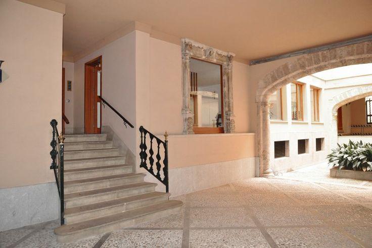 Lyxobjekt: Gamla stan, Palma de Mallorca: Magnifik lägenhet med mycktet ljus i Palmas Gamla Stan.   Högt upp i huset ligger denna vackra lägenhet på 263 kvm. Vackert bibliotek intill hallen, stort vardagsrum med många fönster och öppen spis. Separat matsal i anslutning till köket och tvättstugan. Här finns fyra sovrum med badrum en suite. Huset renoverades år 2000 och är i bra kondition. Entrén i gatulpanet är magnifik i traditionell mallorkinsk stil.
