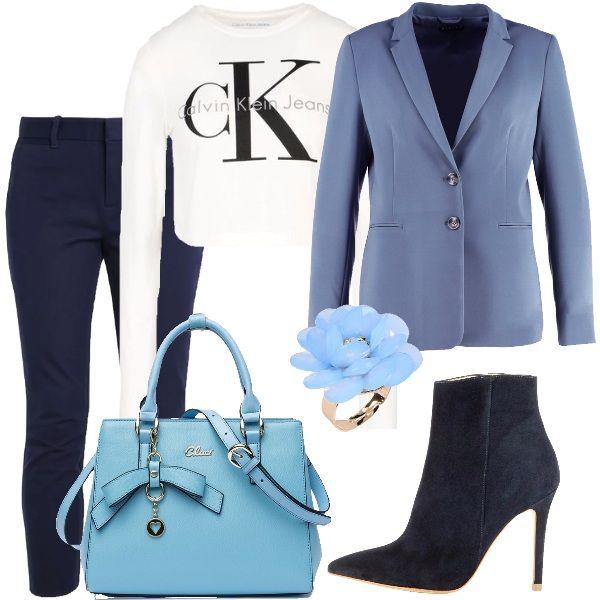 L'abbigliamento di oggi è composto da pantaloni blu, giacca a due bottoni color azzurro carta da zucchero, maglietta bianca con il logo dello stilista in contrasto, borsa azzurra e stivaletti alla caviglia blu. L'anello azzurro dona un tocco di femminilità.