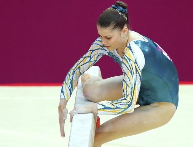 A australiana Georgia Bonora sofre queda durante a sua apresentação na trave