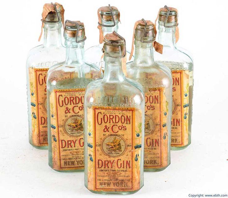 Alte Gordon´s Gin Flaschen aus den 1930er Jahren: Gordon´s Gin ist einer der bekanntesten Gin-Marken. Die Flasche wurde in ihrem Design nur wenig verändert.