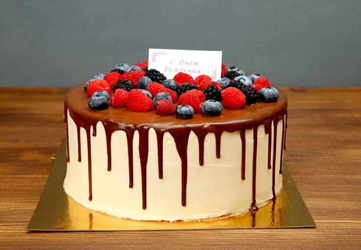 """Торт """"Ягодное настроение""""  Яркий, свежий, сочный и невероятно вкусный торт с ягодами🍒 украсит ваш праздник и порадует гостей изящным вкусом, а по-летнему легкое оформление зарядит лучезарным настроением☀️  С радостью изготовим #ягодныйторт от 1-го кг всего за 2150₽/кг.   Специалисты #Абелло готовы помочь с выбором красивого и качественного десерта по любому поводу по единому номеру: +7(495)565-3838 Телефон/WhatsApp/Viber. Наш сайт с примерами работ www.abello.ru #abello #abelloru…"""