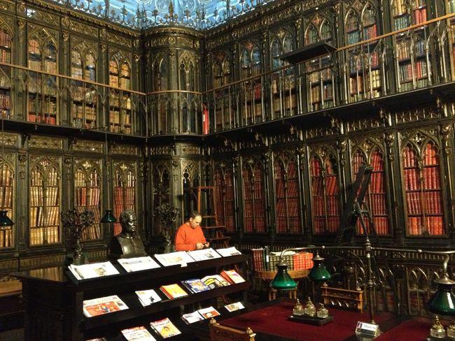 la Biblioteca del Senado, en Madrid, de estilo neogótico inglés, está hecha en hierro forjado para evitar incendios
