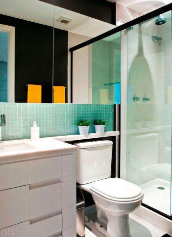 Além de trazer amplitude, a dupla de espelhos esconde um segredo bem bolado: um deles é um armário! O ambiente também recebeu pastilhas, pintura marrom e bancada que vai até a parte superior do vaso sanitário. Projeto de Cláudio Helzel e Vivian Tonglet.